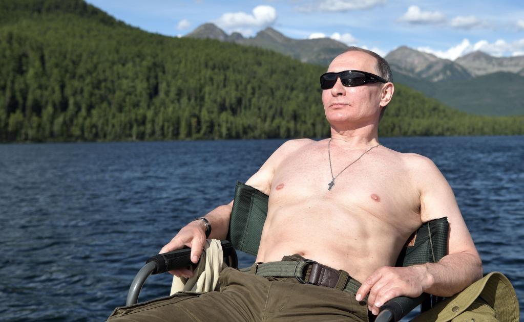 Gafas de sol, gorro de expedicionario, pantalones caqui, botas de montaña, y torso desnudo era toda la indumentaria del presidente ruso, Vladímir Putin, para sus ya tradicionales vacaciones de verano en Siberia.