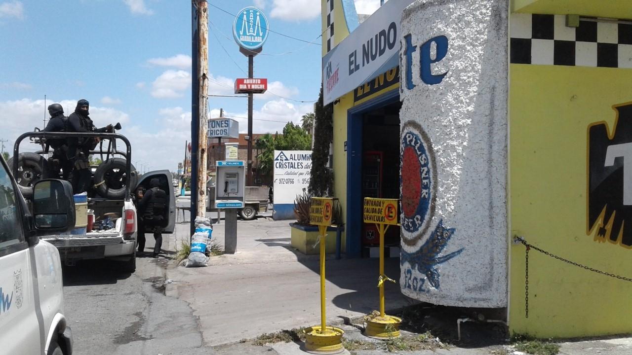 """RESGUARDAN. Elementos de la Policía Estatal """"Fuerza Tamaulipas"""", permanecían alertas en el exterior de los establecimientos de giro negros que fueron inspeccionados por personal del Alcoholes."""