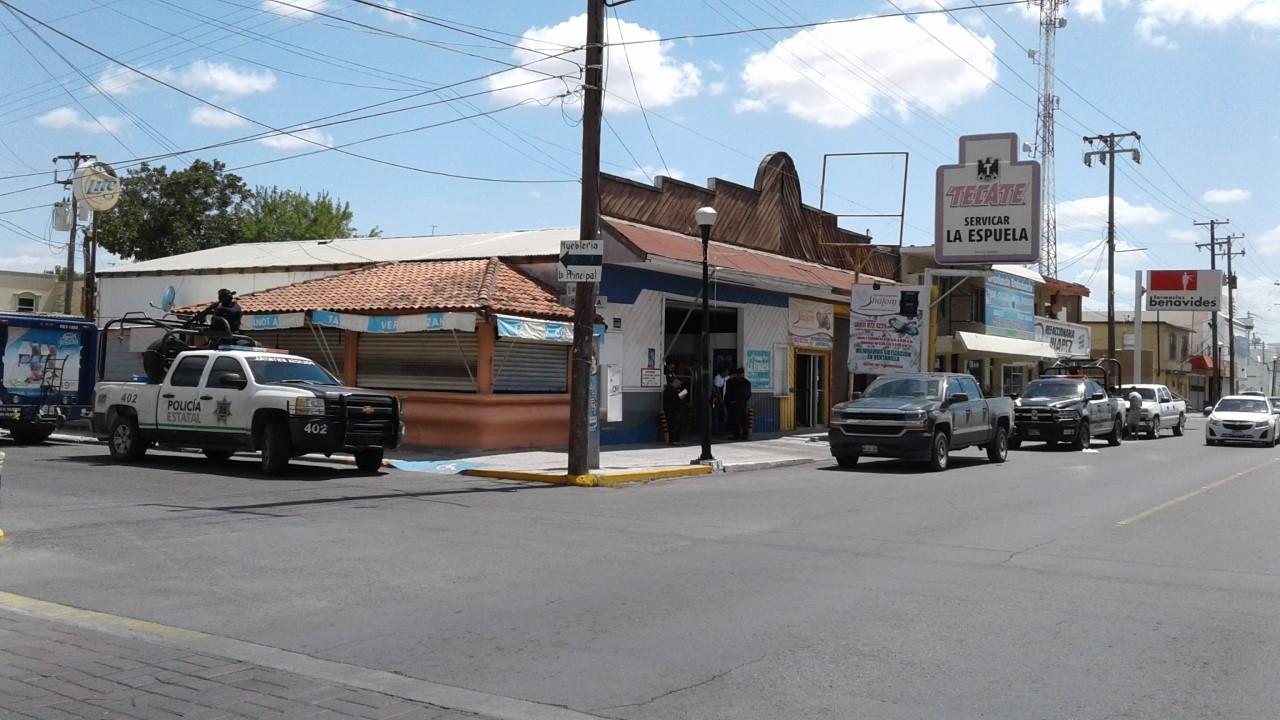 VERIFICAN. Personal del Departamento de Alcoholes apoyados por elementos de la Policía Estatal verificaron la documentación de establecimientos dedicados a la venta de bebidas embriagantes.