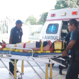 Mujer herida en volcadura