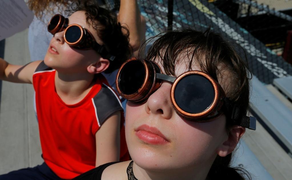Un eclipse total de sol ocurre aproximadamente una vez cada 375 años, según datos de la NASA, y los astrónomos llamaron a la gente a asistir al evento. Foto: Reuters