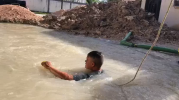 Bucea empleado de COMAPA para arreglar fuga de agua