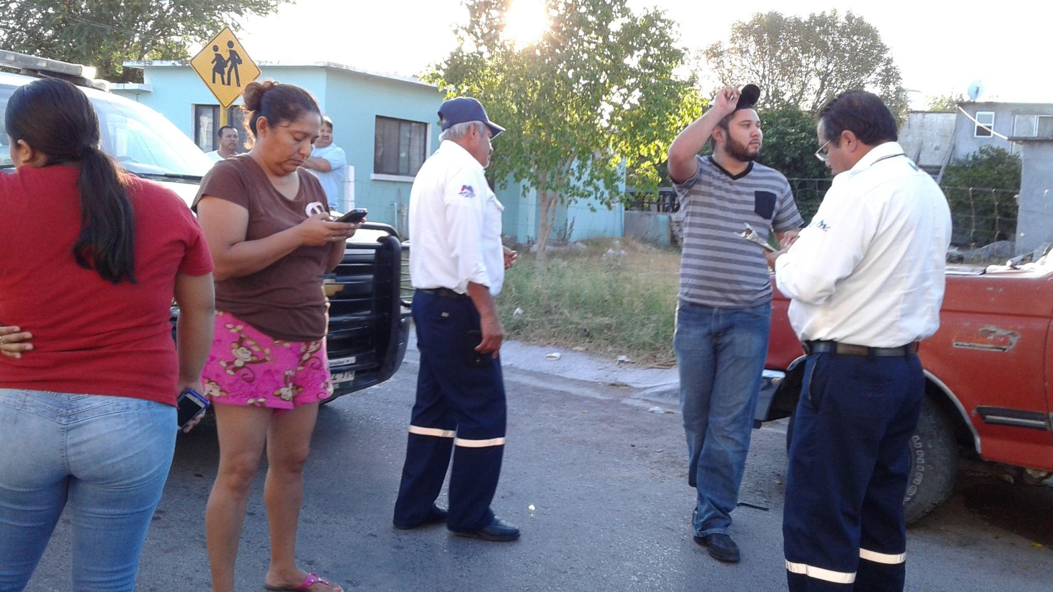 AFECTADOS. Vecinos de la colonia Sarabia que resultaron afectados con daños en sus unidades durante la carambola y volcadura, exigían la detención del par de ebrias mujeres responsables.(foto: Heriberto Rodríguez)