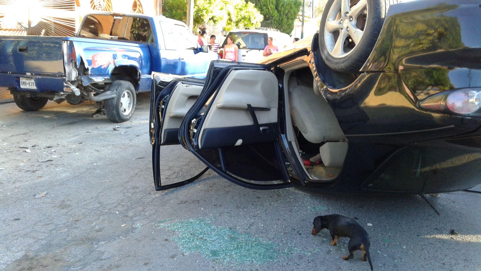 CRISTALES. En la carpeta asfáltica de la calle Río San Fernando, quedaron esparcidos una considerable cantidad de cristales y fragmentos de plástico, como resultado de los daños en las unidades participantes.(foto: Heriberto Rodríguez)