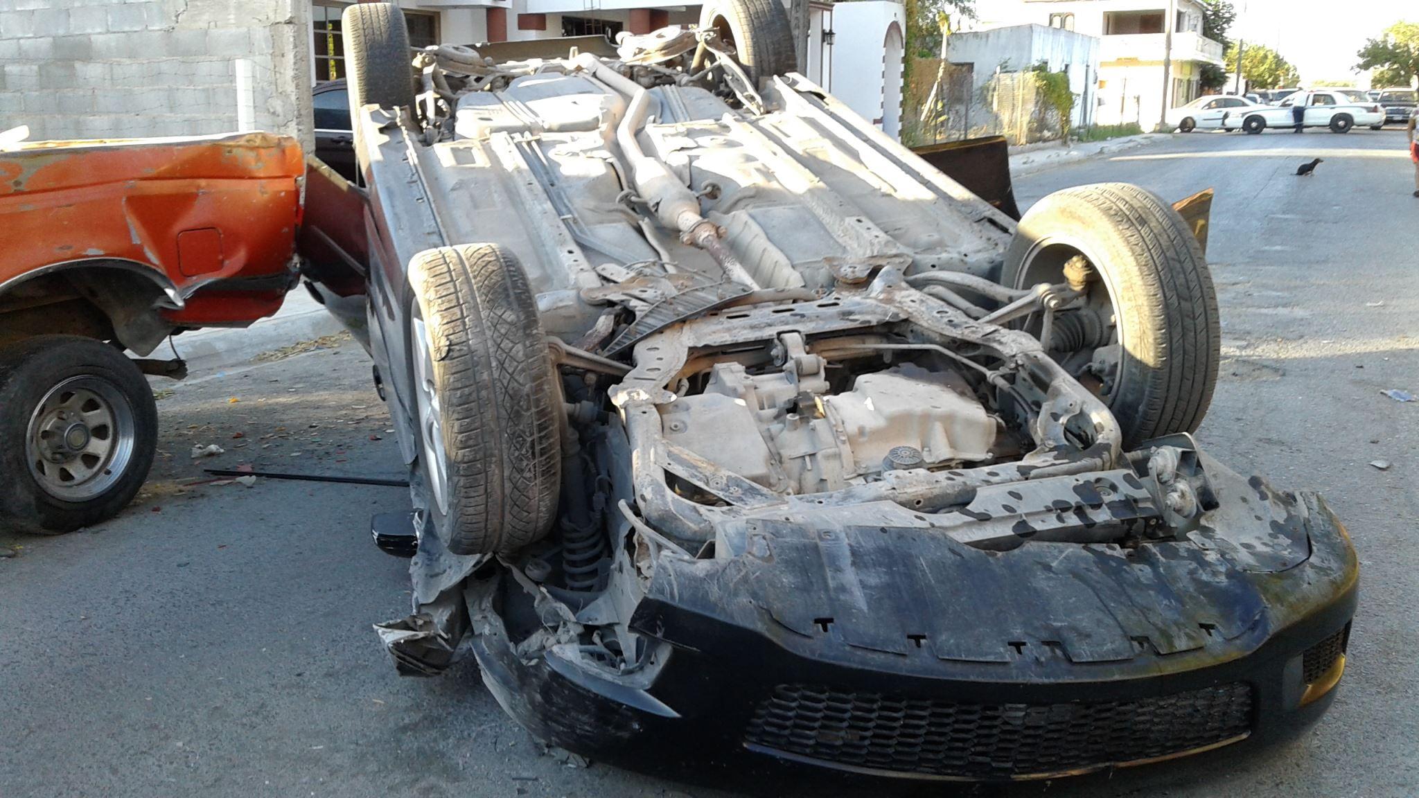 OTRA CAMIONETA. Como resultado de la carambola y volcadura de un auto, también resultó afectada una camioneta pick-up, marca Ford.(foto: Heriberto Rodríguez)