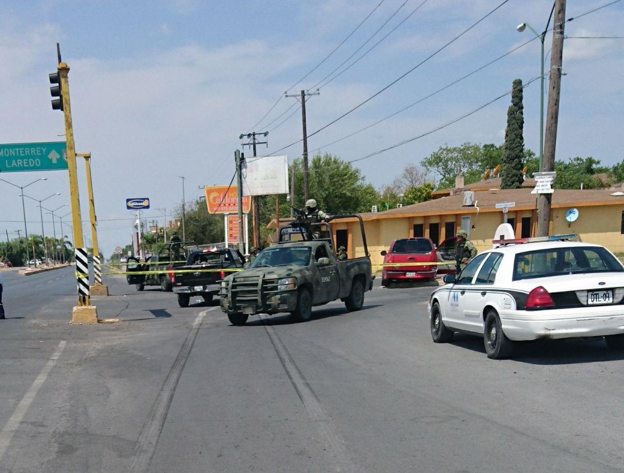 ACORDONAN. Elementos militares y agentes viales acordonaron el área del accidente y donde la unidad en fuga dejó visibles huellas de frenamiento por más de 15 metros.