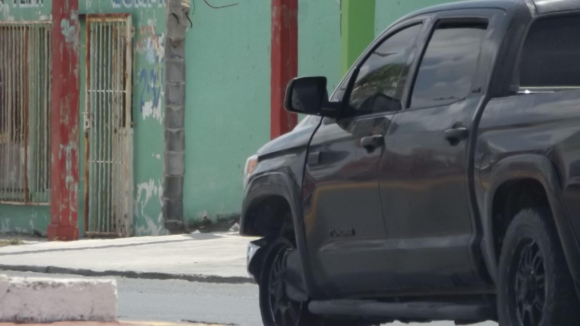 DECOMISAN. Otra camioneta negra, marca Toyota, tipo Tundra, 4 puertas, de reciente modelo y con placas de cartón, también habría participado en la persecución y balacera, por lo que fue decomisada y trasladada con las llantas ponchadas hasta la PGR.