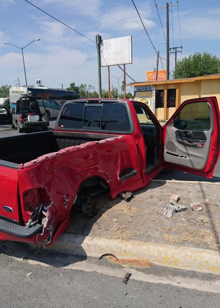 DESTROZADA. La camioneta roja, marca Ford, tipolightningy ajena a los hechos, fue lanzada contra el camellón central del Blvd. Los Leones, donde quedó completamente embancada y destrozada.
