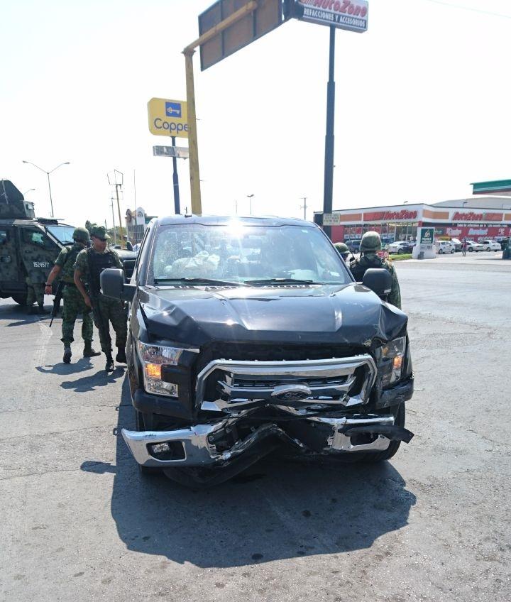 EN FUGA. Flamante camioneta último modelo, marca Ford, 4 puertas, emprendió una fuga cuando fue detectada por militares sobre el Boulevard Miguel Alemán, donde inició una persecución y balacera, recibiendo varios impactos de bala.
