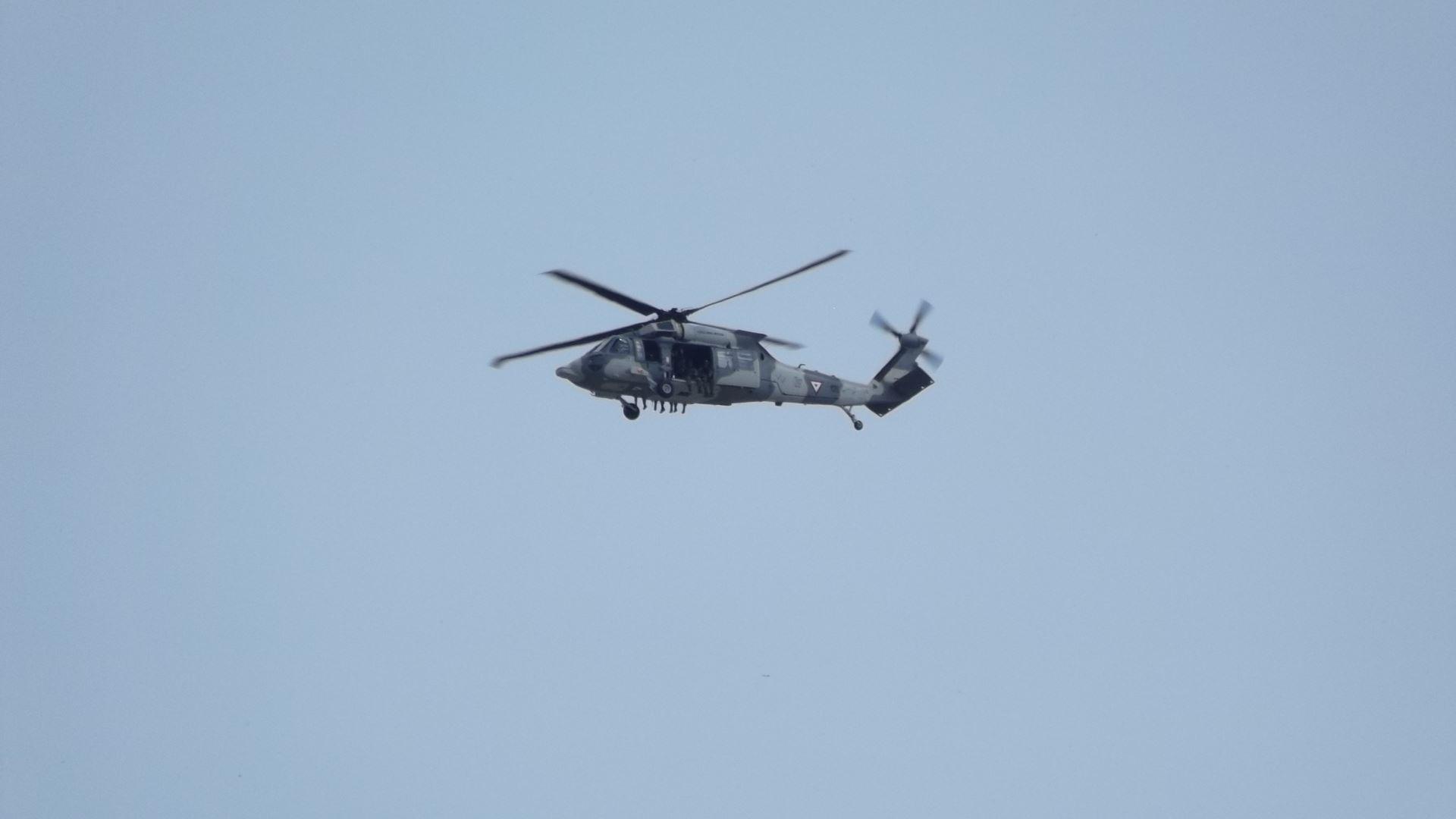 SOBREVUELA. Un helicóptero realizó sobrevuelos por toda la mancha urbana en busca de más unidades sospechosas, además de mantenerse alerta y a la expectativa en el espacio aéreo sobre las instalaciones de la PGR.