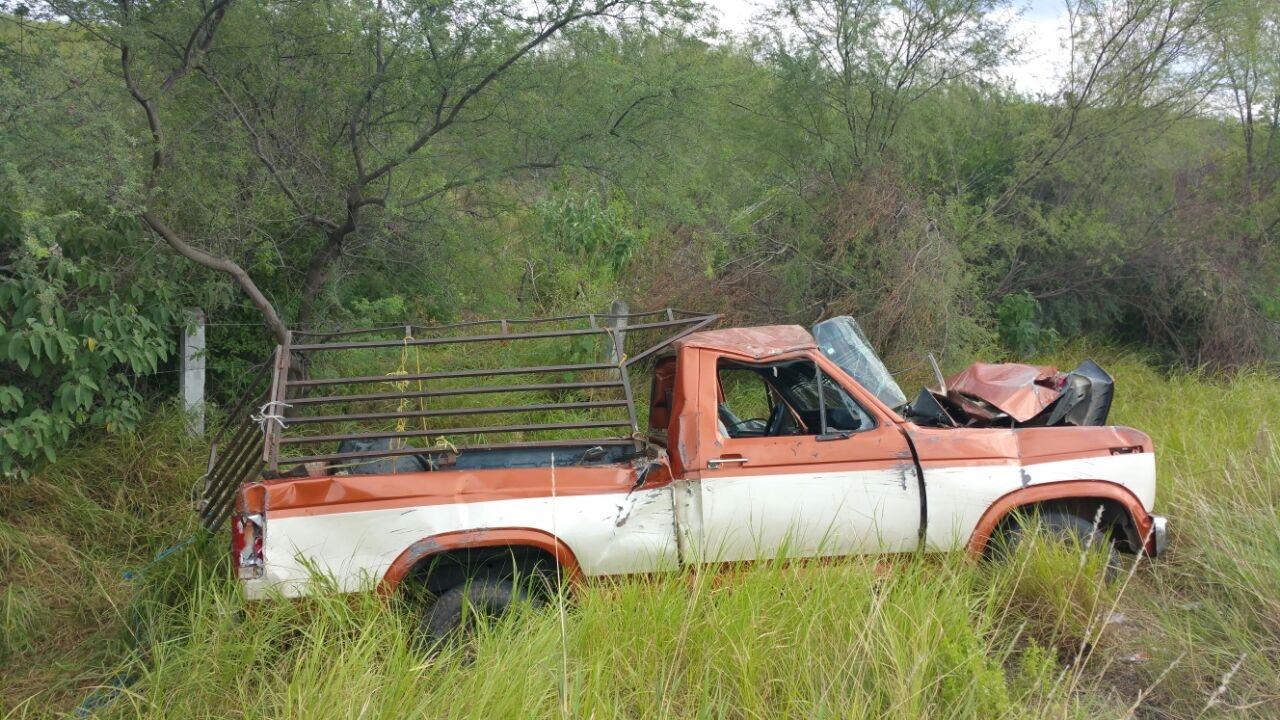 DESTROZADA. Serios daños materiales sufrió esta camioneta pick-up, marca Ford, con redilas ganaderas, luego de volcarse cuando su conductor intentó rebasar un tráiler sobre la carretera Cerralvo-Miguel Alemán.(foto: Heriberto Rodríguez)