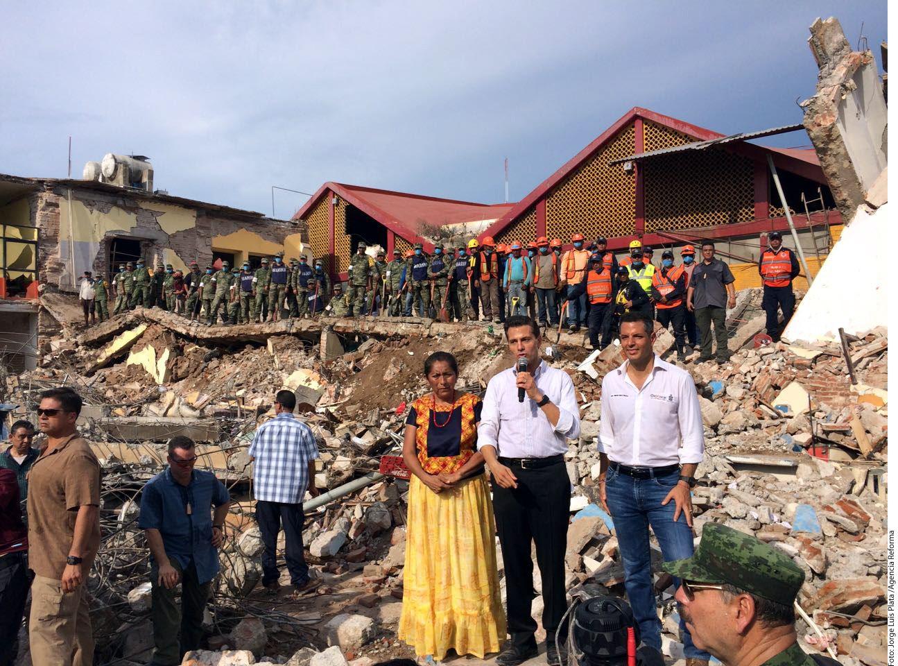 ARRIBA. El Presidente Enrique Peña Nieto (segundo de der. a izq.) declaró luto nacional por las víctimas del sismo de magnitud 8.2 registrado el jueves por la noche. (Foto: Reforma)