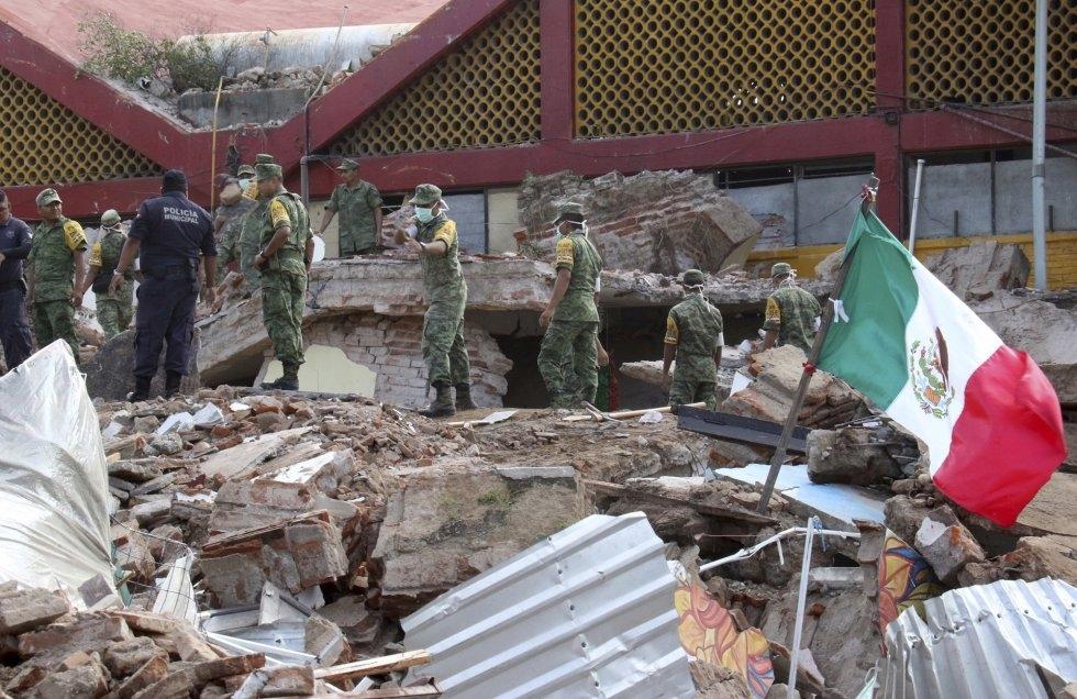 BÚSQUEDA. Soldados buscan entre los escombros de un edificio en Juchitán, Oaxaca. (Foto: AP)
