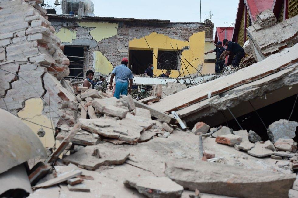 DAÑOS. Habitantes de Juchitán, Oaxaca, inspeccionan los daños tras el sismo. Juchitán es la comunidad más afectada por el temblor. (Foto: AFP)