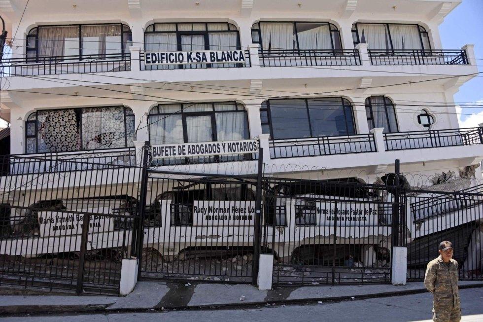 OFICINAS. Daños causados por el sismo en un edificio de la municipalidad de Tacana, departamento de San Marcos, Guatemala, en la frontera con México. (Foto: AP)