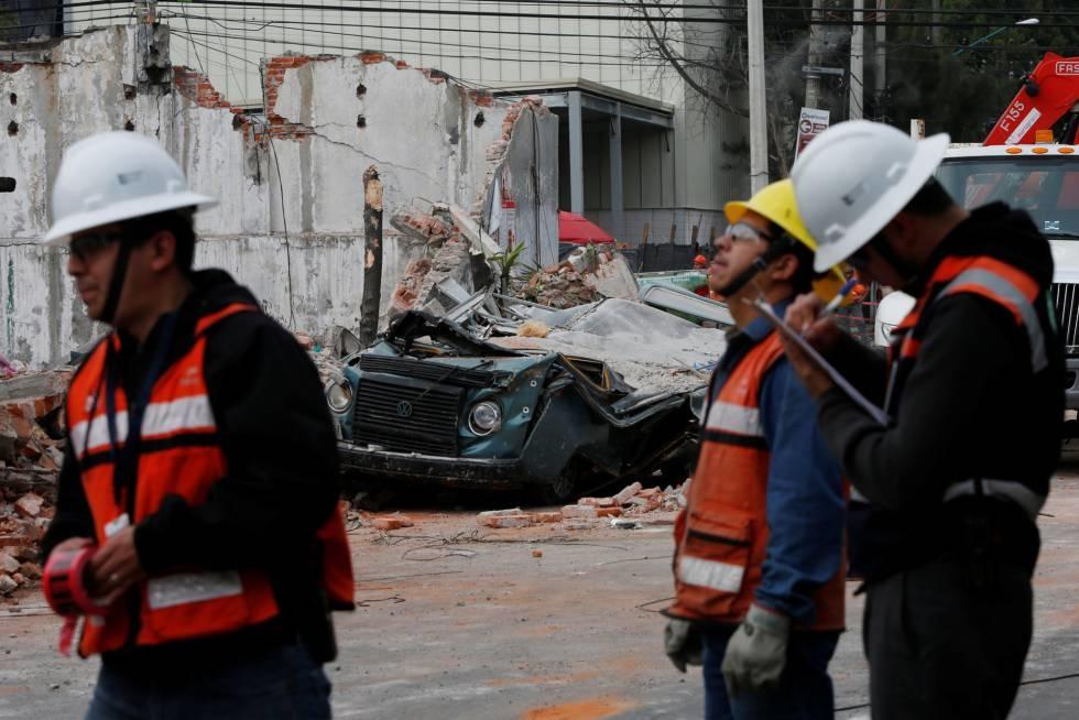 SOCORRISTAS. Operarios trabajan en una zona dañada por el terremoto en Ciudad de México. (Foto: Reuters)