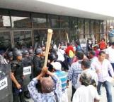 Chocan policías y campesinos en Chiapas