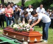 Se reúnen familiares y amigos para dar último adiós a Mara