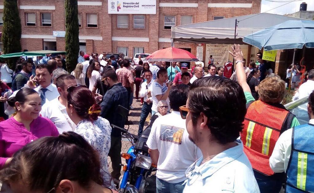 En Michoacán, el gobernador Silvano Aureoles Conejo pidió a la población en general estar atentos a las indicaciones de Protección Civil.