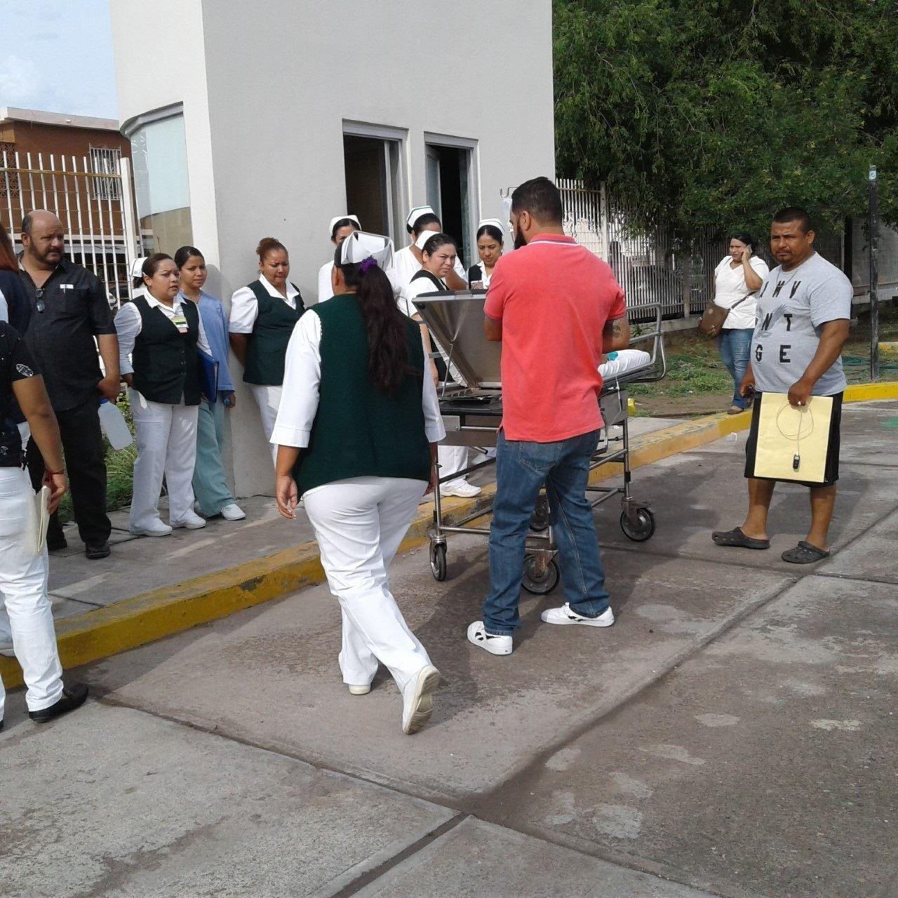 AFUERA. Todo el personal médico, administrativo y de enfermería del Hospital #17 del IMSS en esta ciudad, permanecieron en el exterior del inmueble durante varios minutos como parte del simulacro de sismo.