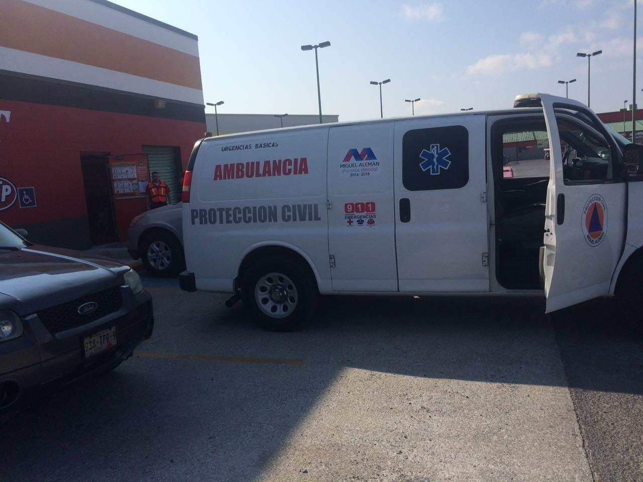 AMBULANCIA. Los socorristas y paramédicos de Protección Civil también participaron durante el simulacro de sismo y evacuación, logrando obtener buen tiempo de respuesta a la supuesta contingencia.