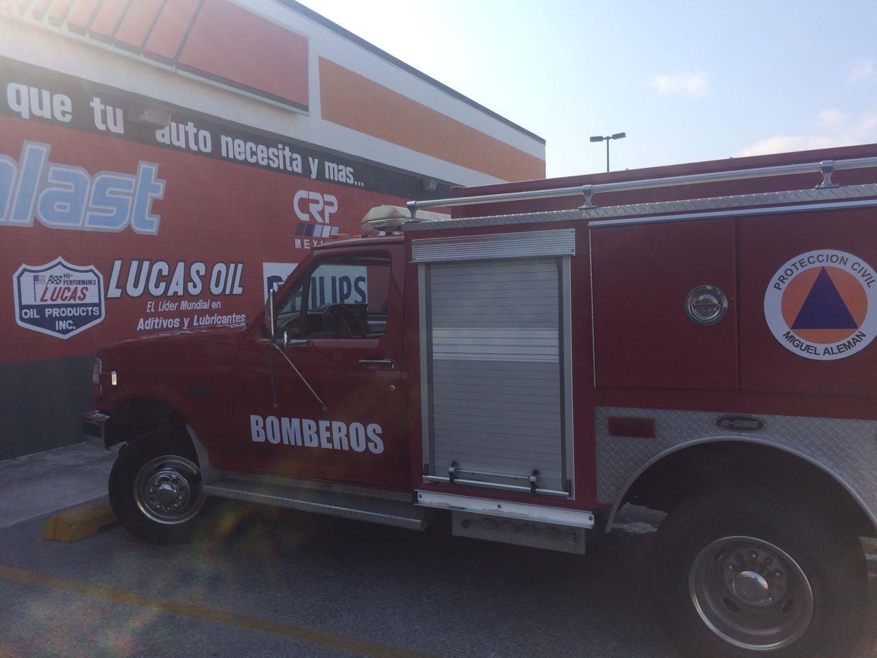 BOMBEROS. Elementos de Bomberos también participaron durante el simulacro de sismo y evacuación de una tienda de refacciones de la localidad.