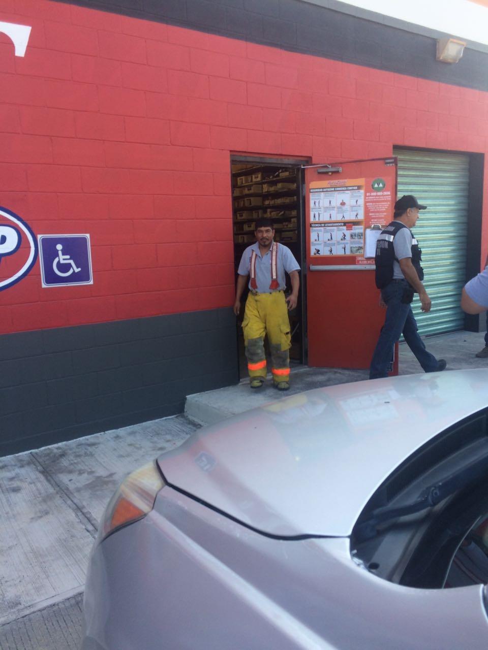 EMERGENCIA. Los elementos de bomberos y personal de Protección Civil comprobaron que las salidas de emergencias del establecimiento comercial se encuentran en óptimas condiciones para usarse en caso de contingencia.