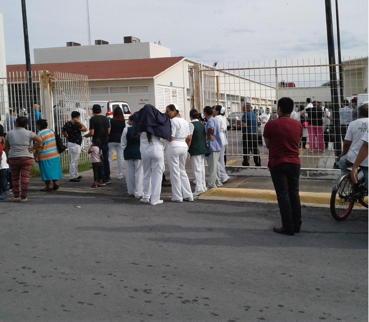 EVACUAN. Personal médico, administrativo y de enfermería del Hospital #17 del IMSS en esta ciudad, fueron evacuados ayer en la mañana por personal de Protección Civil y Bomberos como parte de un simulacro de sismo.