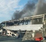 Se salvan Federales en incendio de autobús en carretera
