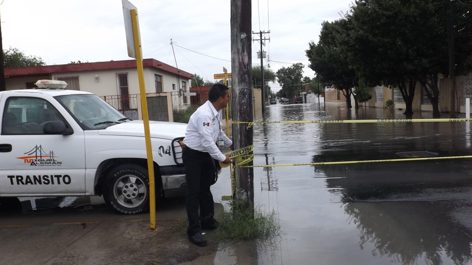 CIERRAN. Agentes viales y elementos de PC se vieron obligadas a colocar algunas cintas rojas y amarillas en diferentes cruces que fueron cerrados a la circulación en señal de precaución.