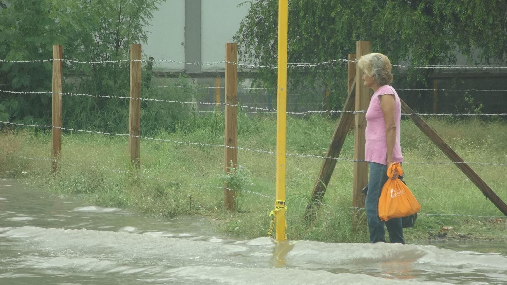 CON EL AGUA. Transeúntes tuvieron que caminar entre el agua en las calles que resultaron inundadas por las precipitaciones pluviales.