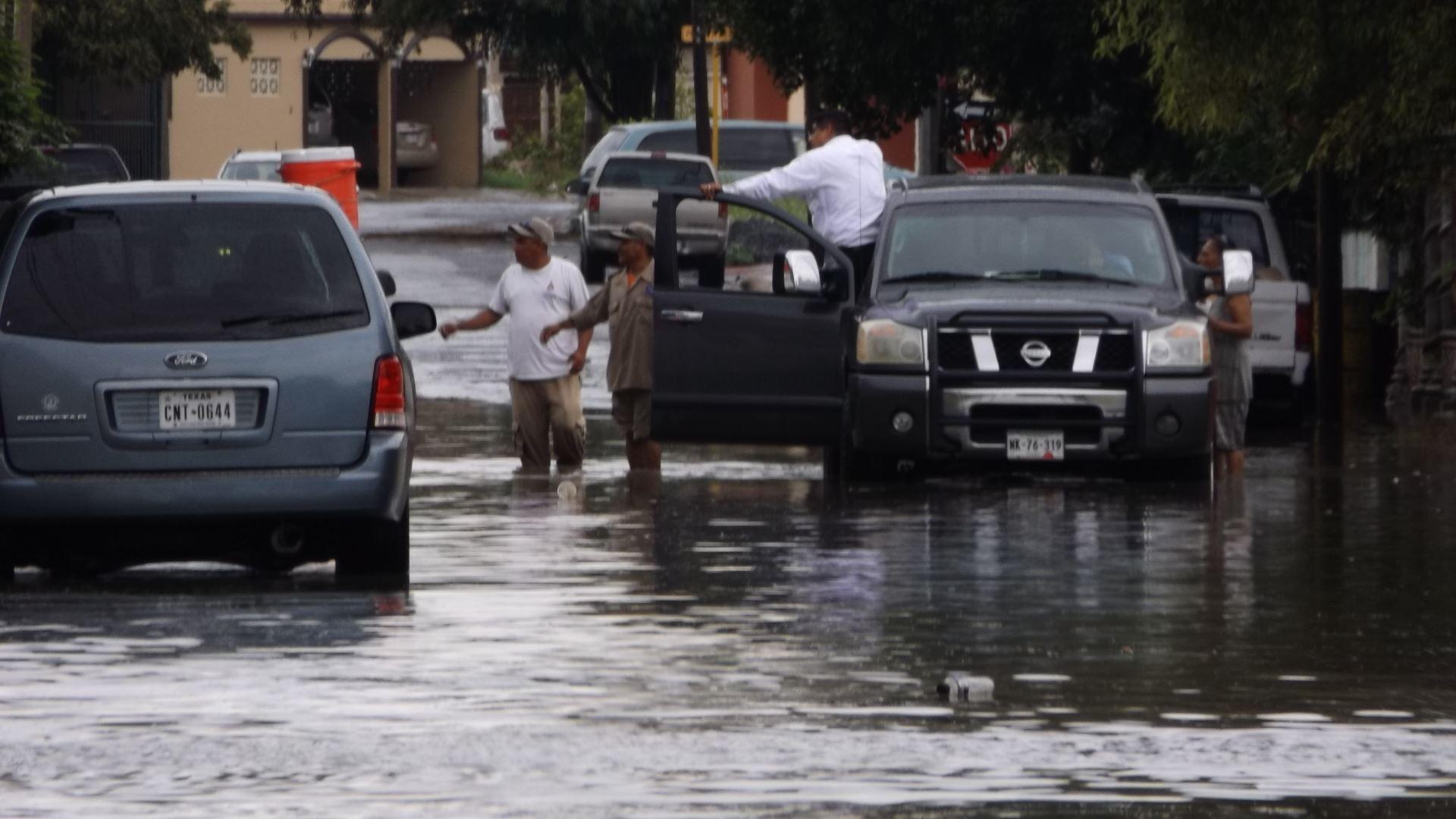DESAZOLVAN. Cuadrillas del organismo operador de agua y alcantarillado, tuvieron que desazolvarlas para tratar de solucionar las inundaciones.