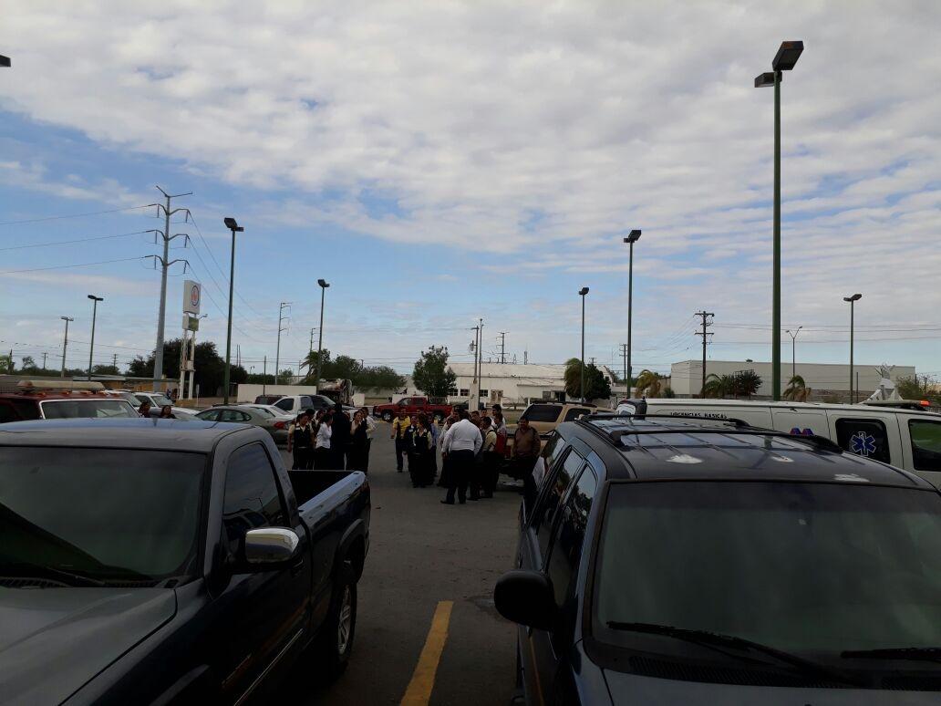 EVACUAN. Todos los empleados de los diferentes departamentos de la cadena comercial fueron evacuados como parte del simulacro de incendio.