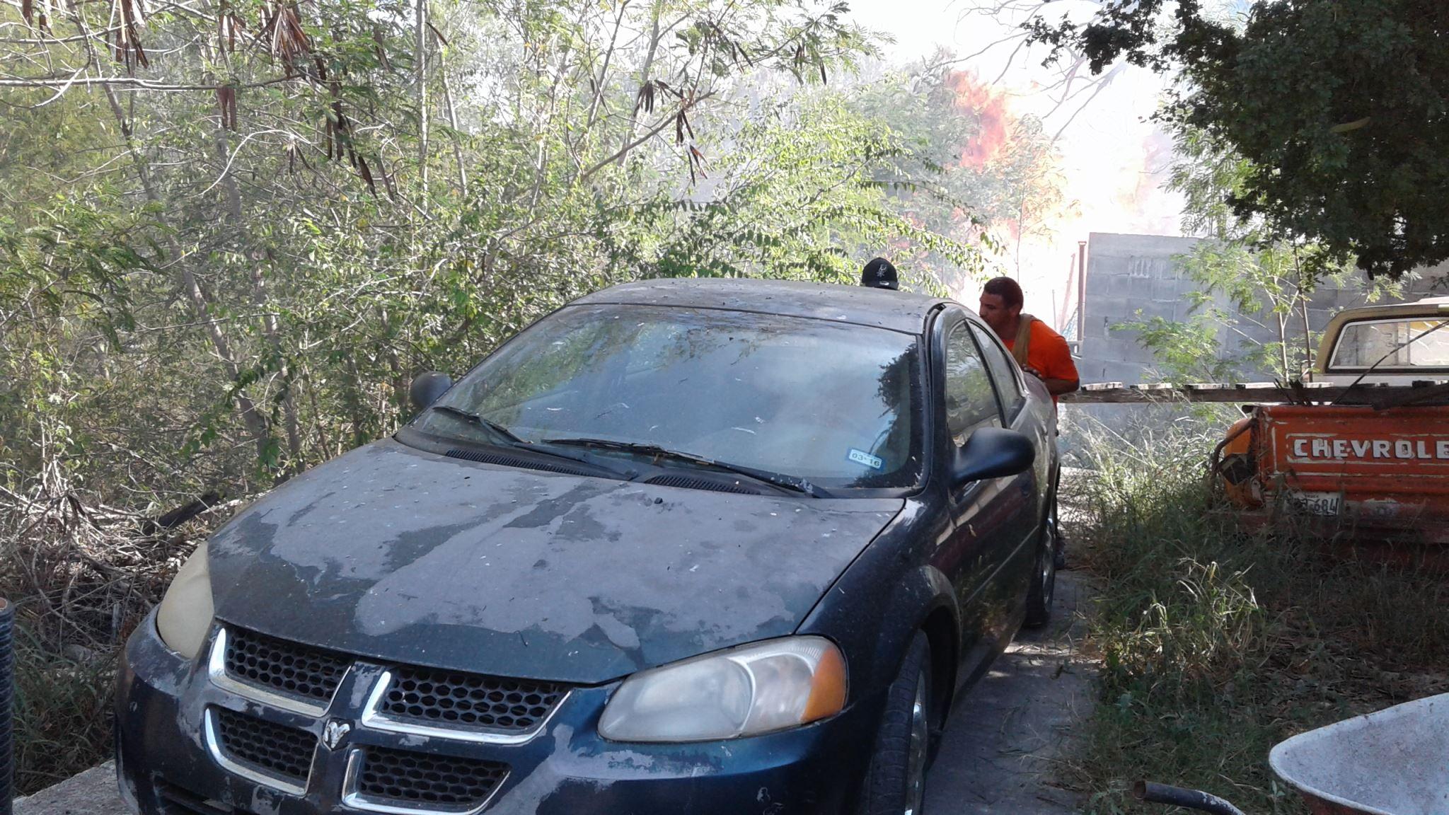 """AMENAZABA. El fuego originado este martes al mediodía en el barranco del arroyo """"El Buey"""", mantuvo amenazados a varias familias que tenían sus autos y viviendas ubicadas en céntrico sector de la zona centro."""