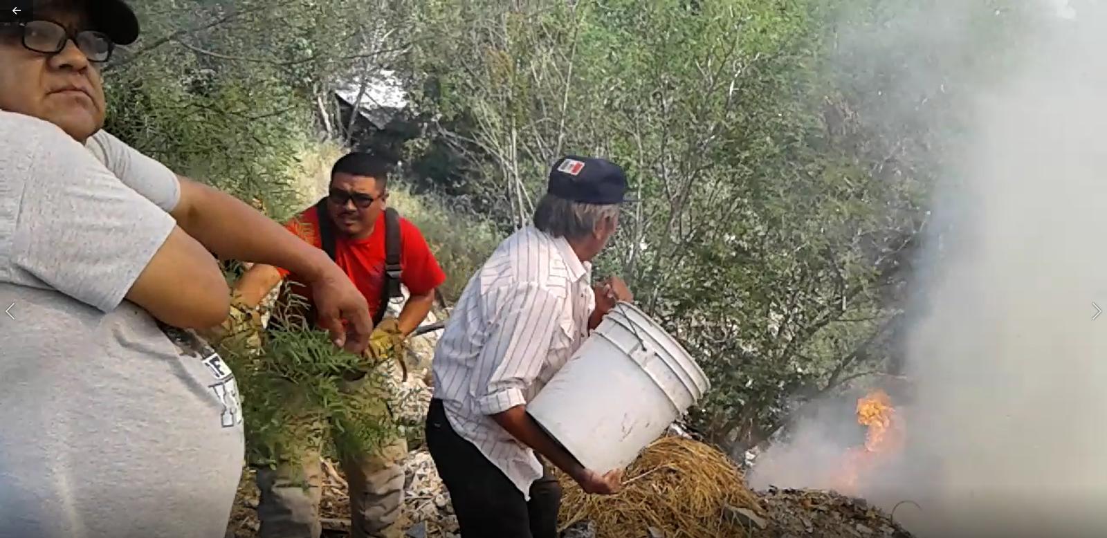 SOFOCAN. Elementos de Protección Civil y Bomberos, así como vecinos y voluntarios unieron sus esfuerzos para poder sofocar el fuego del incendio.