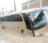 Cae autobús en socavón