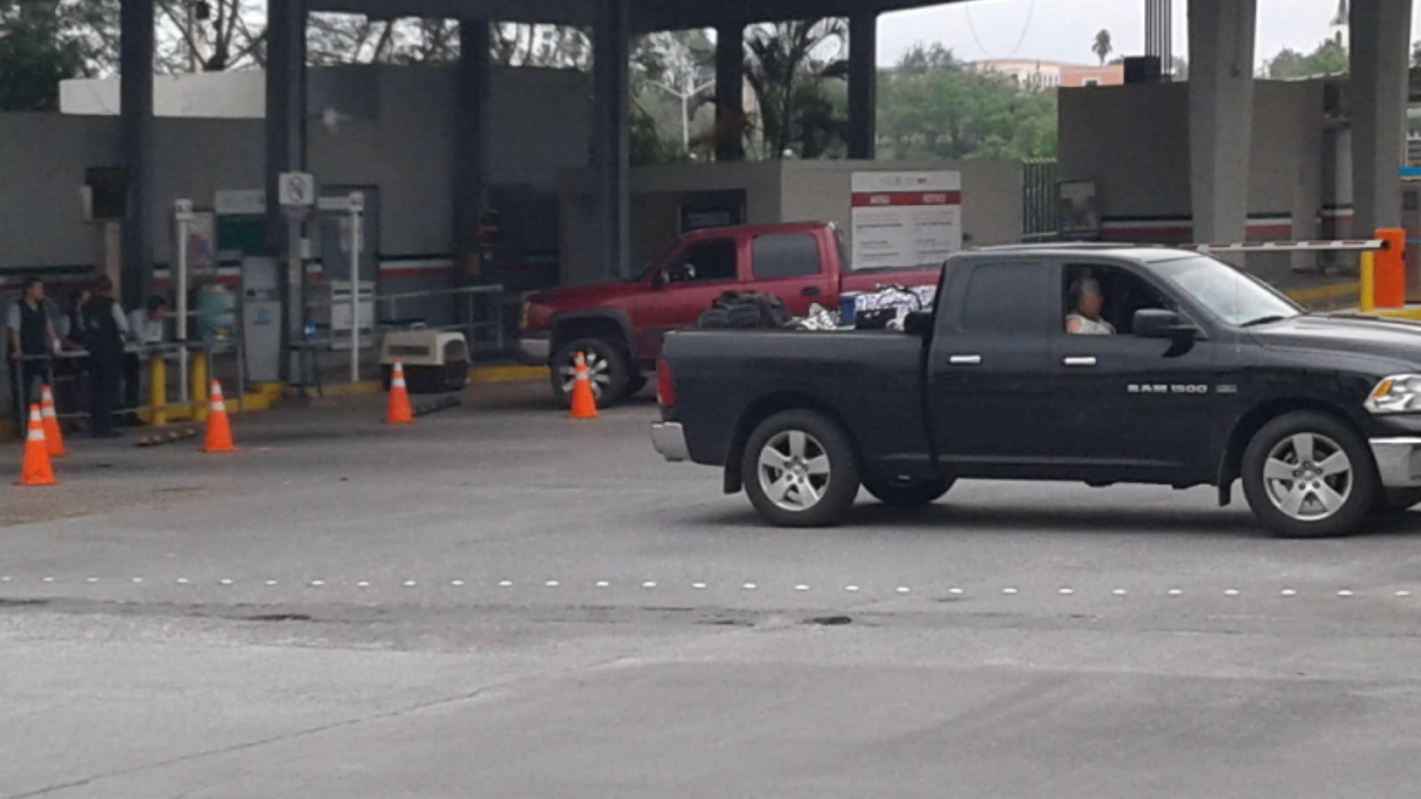 OBLIGADOS. La familia de Rosbel Gómez, fue prácticamente obligada a regresarse al vecino país a bordo de su camioneta Dodge, a fin de evitar que les decomisaran la ropa y demás pertenencias personales que traían.