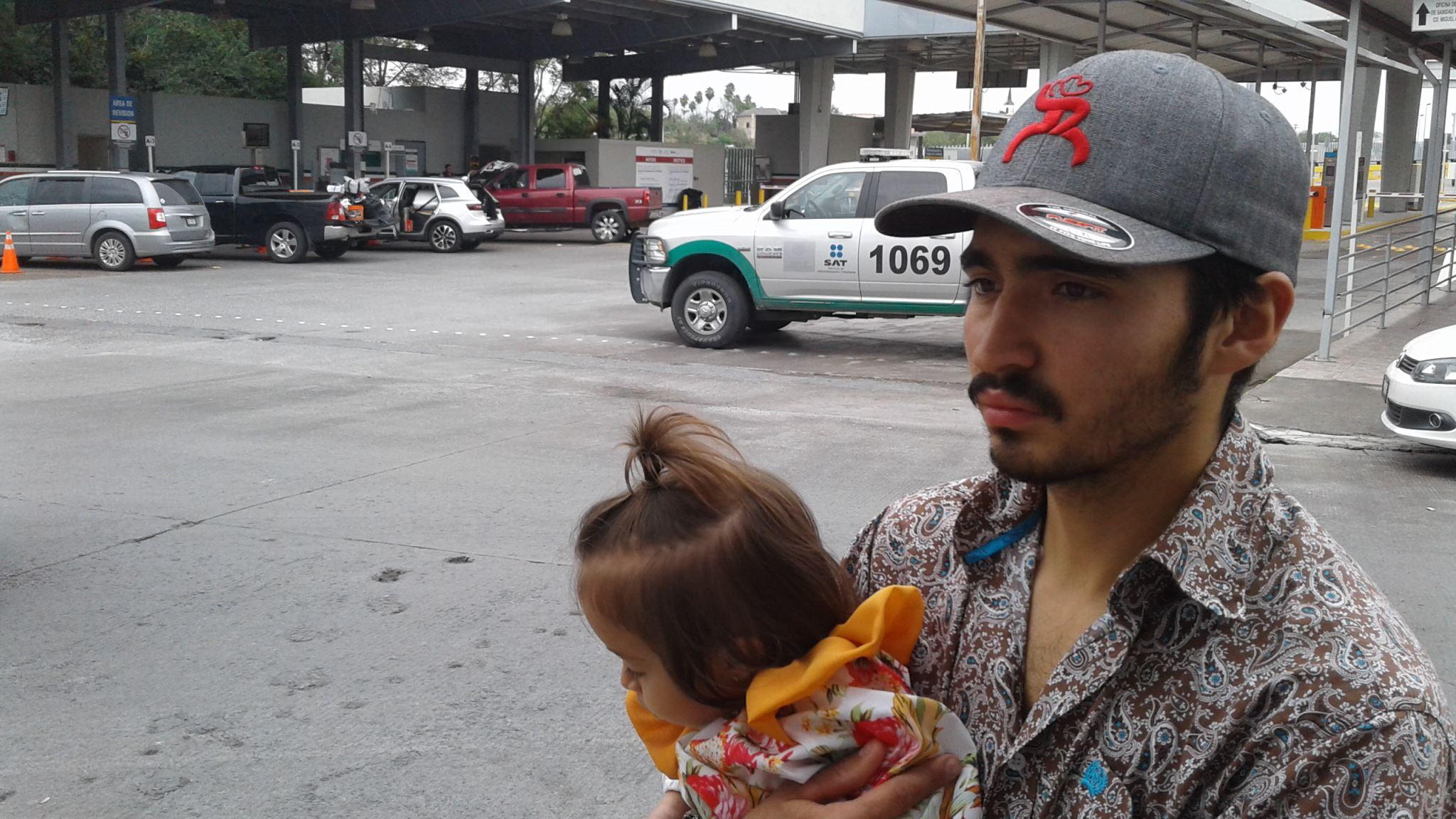SE QUEJA. El joven paisano Rosbel Gómez, se quejó de malos tratos por parte del personal de operación aduanera en Miguel Alemán, donde pretendían decomisarle la ropa de toda su familia.
