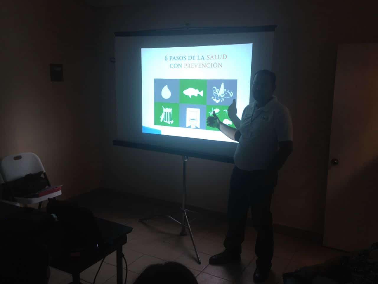 PROYECTAN. A través de un proyector y/o imágenes, el personal de la Coepris explicó con más detalle los 6 Pasos de la Salud con Prevención.