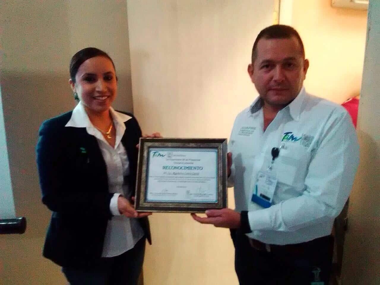 RECONOCEN. Autoridades educativas de preescolar realizaron la entrega de un reconocimiento al coordinador jurisdiccional No. IX de la Coepris, Rigoberto Cantú Cantú; quien encabezó las pláticas que se impartieron.