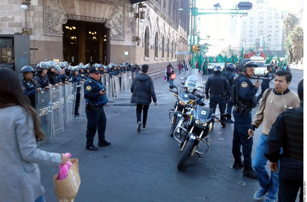 Con banderas y mantas, bloquearon el paso a automovilistas, algunos de los cuales reclaman con el claxon.