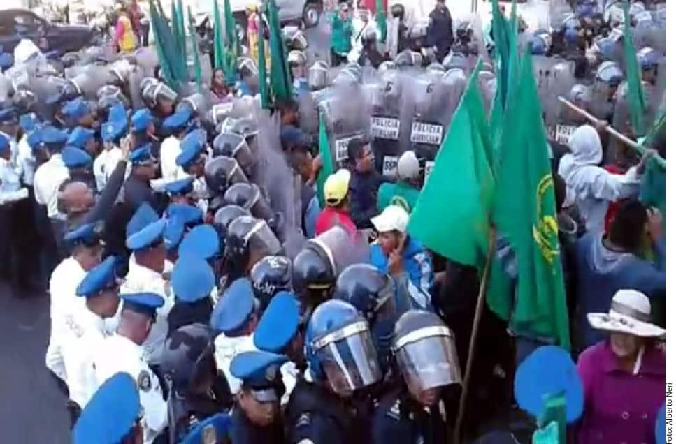 Aunque su intención era dirigirse al Zócalo, los manifestantes fueron encapsulados hacia el mediodía, lo que desató un enfrentamiento con policías.