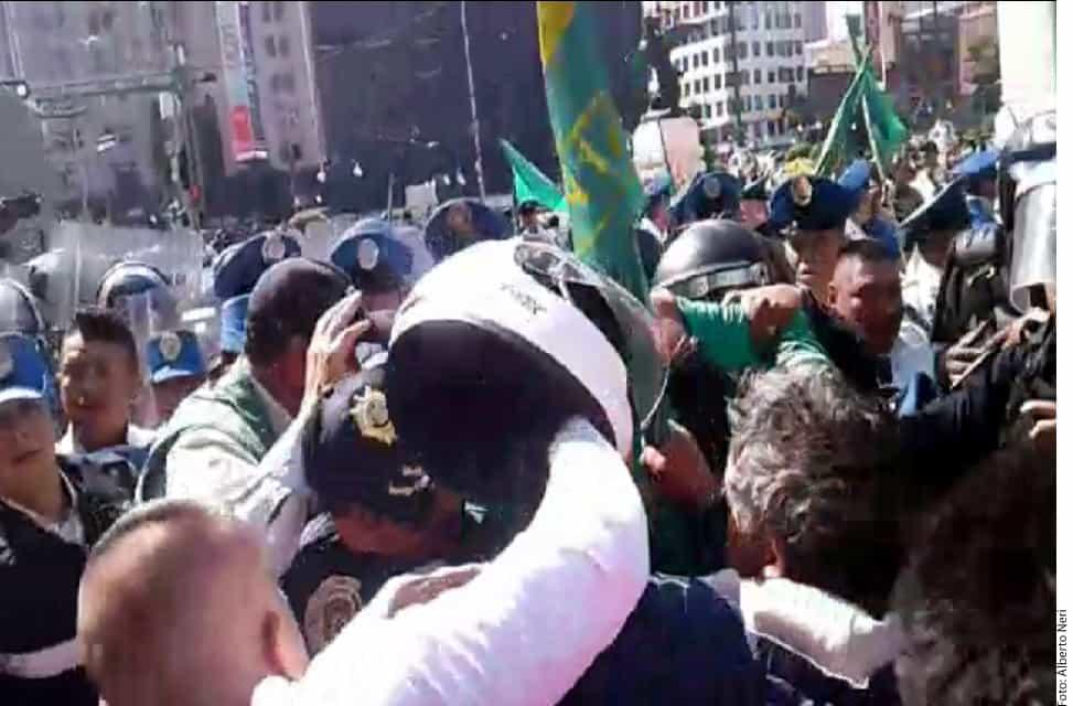 Uno de los manifestantes golpeó a un policía con un casco.