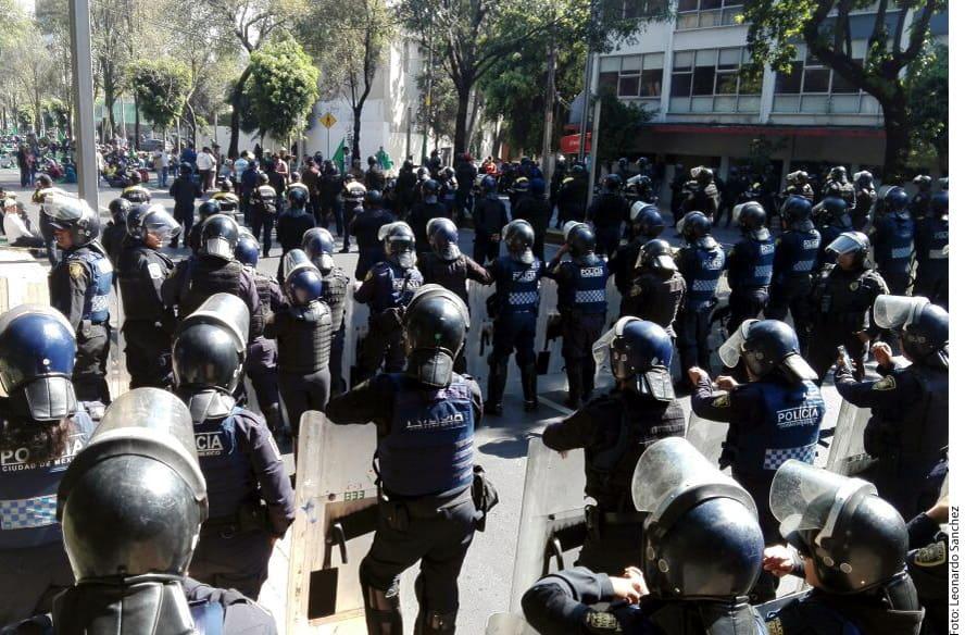 Los manifestantes planeaban llegar a la Residencia Oficial de Los Pinos, pero fueron frenados por granaderos de la Policía capitalina, en Constituyentes.