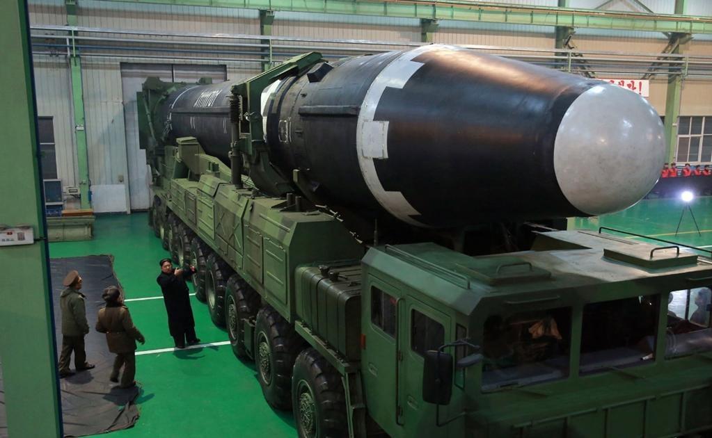 La serie de 42 fotos publicadas por el periódico Rodong Sinmun muestran un misil de punta redondeada y grandes dimensiones.