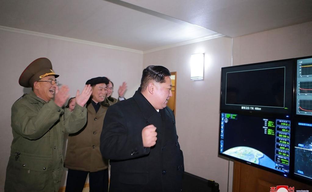 El líder norcoreano se mostró muy emocionado y satisfecho por el desarrollo del nuevo Hwasong-15 (Marte-15 en coreano) y felicitó calurosamente a los científicos.