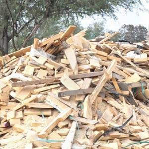 Calientan hogares con madera y leña