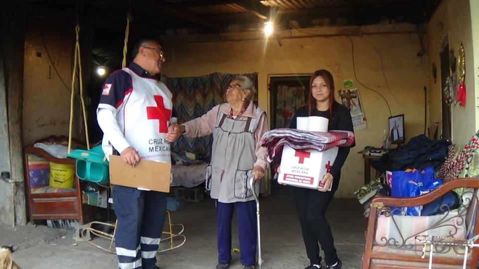 AGRADECEN. Las familias que resultaron beneficiadas con la entrega de despensas y cobertores agradecieron al personal de la Cruz Roja por esa loable labor social.