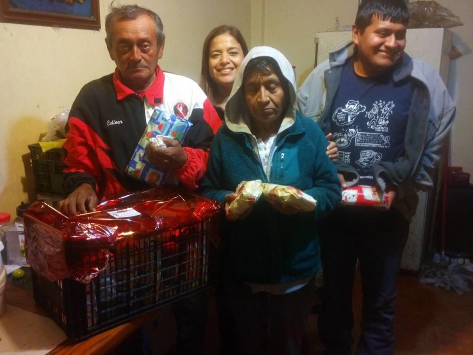 """A DOMICILIO. Integrantes de la Fundación """"Brillando con Amor"""", estuvieron visitando abuelitos que no pudieron asistir al festejo navideño."""