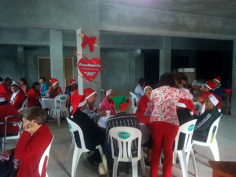 CONVIVIO. Ameno convivio navideño pudieron disfrutar decenas de abuelitos residentes del poblado Los Guerra.